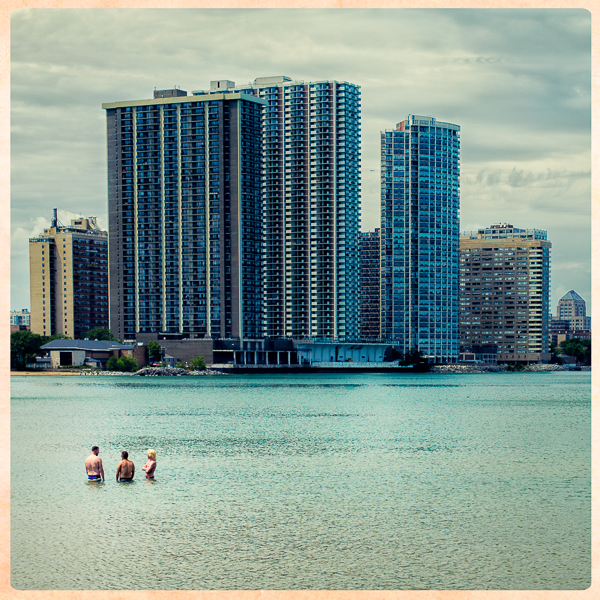 Miami_Beach_in_Chicago_with_swimmers_in_Lake_Michigan